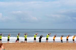 un été au pays basque avec échauffement pendant un cour de surf